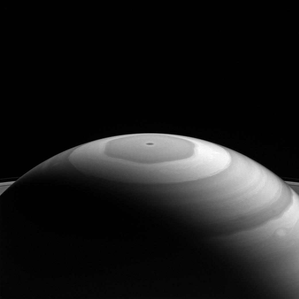 """на северном полушарии Сатурна газы закручиваются, создавая """"акварельную""""картину"""