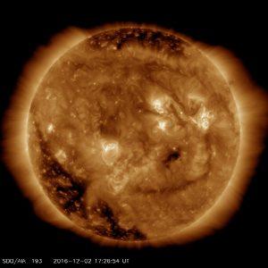 Обсерватория солнечной динамики НАСА (SDO) получила образ улыбающегося Солнца.