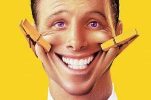 """Улыбка значит немало. Улыбки бывают разные. Мы """"читаем"""" по улыбкам людей их искренность, доброту, дружелюбие или наоборот. Одни улыбки располагают, другие могут настораживать. Новое исследование показало, что уровень интенсивности улыбки в маркетинге фотографии влияет на то, как потребители воспринимают компетентность и искренность маркетолога. В зависимости от контекста это может привести к различным результатам. Если вы ищете инвестиции через интернет-маркетинг или толпы финансирования веб-сайтов, не забудьте улыбнуться на фото в своем профиле или вашем посте. Но, возможно, не слишком широко. Джессика Ли, доцент KU маркетинга в Школе бизнеса рассказала, что слишком широкая улыбка заставляют потребителей считать человека на фото более добрым, искренним, но...менее компетентным! Исследователи провели эксперименты, в которых респонденты рассказывали, что они думают об обладателе той или иной улыбки. Кроме того, они провели контент-анализ проводок на сайтах Crowdfunding, Kickstarter.com, где люди обычно ищут пожертвований в связи с личными нуждами или коммерческих предприятий. Интенсивность чьей-то улыбки в качестве маркетингового образа вызывает два основных социальных суждения - тепло и компетентность. Большие, широкие улыбки, которые имеют тенденцию вызывать больше тепла, как представляется, более эффективны в рекламных объявлениях службы, которая будет нести меньший риск. Но фотографии с легкой улыбкой лучше в маркетинговых ситуациях, когда услуги более высорискованные (например медицинская процедура, юридическое представительство или инвестиции). """"Если я вижу объявление с кардиохирургом, который широко улыбается, я подумаю, что он действительно добрый человек, но не выберу моим доктором, потому что он кажется менее компетентным, чем хирург с легкой улыбкой"""", – сказала Ли. """"Если риск очень низкий, например в магазин, чтобы получить новую рубашку, то компетентность продавца, не так важна, и я отвечаю более позитивно на широкую улыбку"""". Это воспринимается интуитивно"""