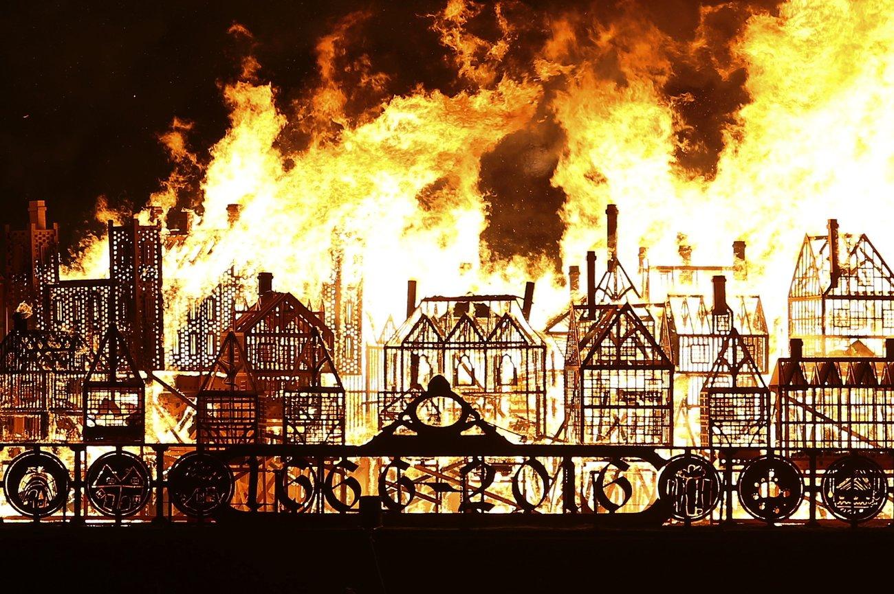Все небо было в огне, как жерло горящей печи